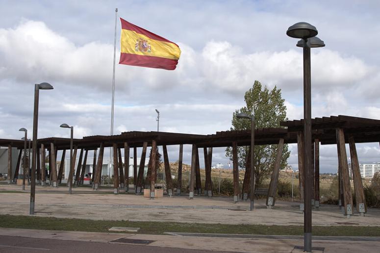 Imazu confecciona la bandera de Valdebebas e instala el mástil en honor a las víctimas de la covid-19