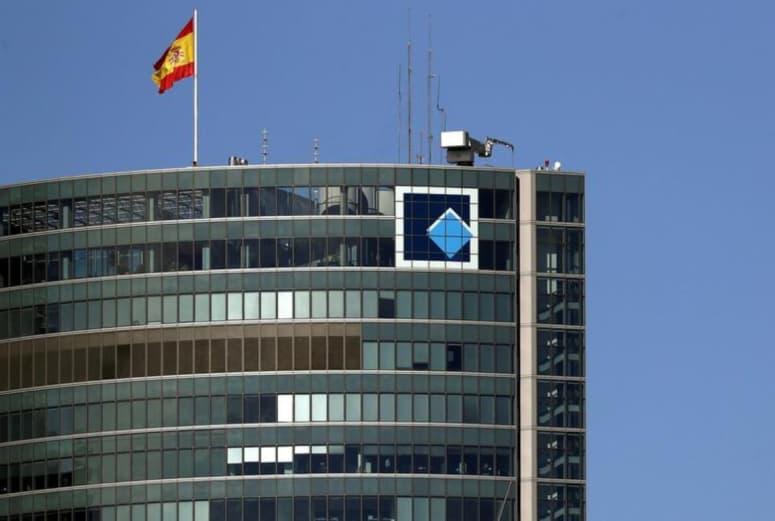 Récord: A 225 metros, colocamos en Torre Espacio la bandera de España que más alto ondea